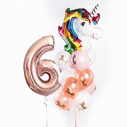 Фонтан из шаров с цифрой, головой единорожки и белыми и персиковыми шарами с рисунком единорога