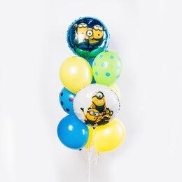 Фонтан из шаров с миньонами на белом и синем кругах-шарах и желто-голубыми шарами в горошек