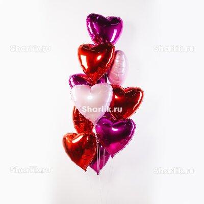 Фонтан из шаров с красными, светло-розовыми и цвета фуксия сердцами