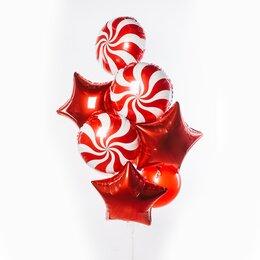 Фонтан из шаров с красными звездами и красно-белыми леденцами