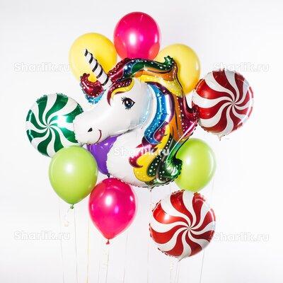 Фонтан из шаров с головой единорожки, красными и зелеными леденцами и цветными шарами