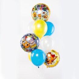 Фонтан из шаров с фольгированными кругами Три кота и надписями: С днем рождения и бело-желто-голубыми шарами