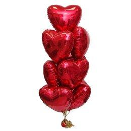 Фонтан из шаров с большими красными сердцами