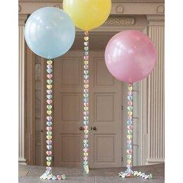 Воздушные шарики с бумажной гирляндой из сердец